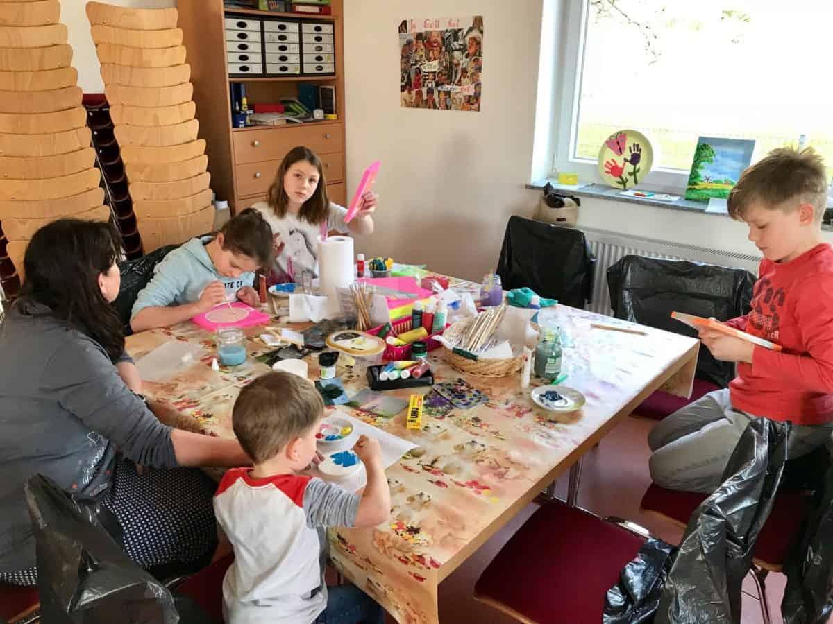 Kinderbetreuung in der FeBg: Eine Truhe wird verziert